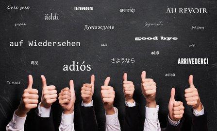 """viele Daumen Hoch und """"Auf Wiedersehen"""" in vielen Sprachen auf Kreidetafel 2"""
